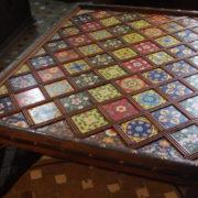 Tavolino in cedro e ceramica della Valle del Rif.