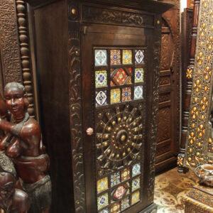 Armadio in cedro con inserti in ceramica - Antiquariato Marocchino online