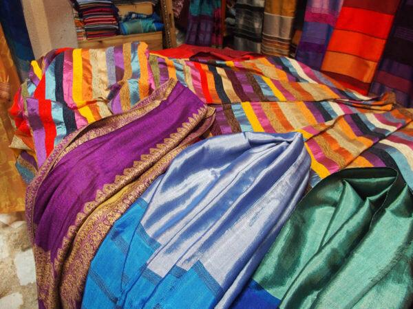 Sciarpe in agave di diversi colori e copriletto in agave e velluto- shop online tessuti del Marocco